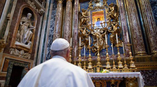 Papież Franciszek i jego samotna wędrówka ulicami Rzymu