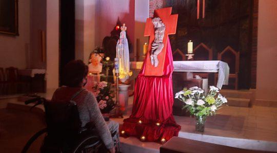 Adoracja Krzyża podczas rekolekcji turnusowych